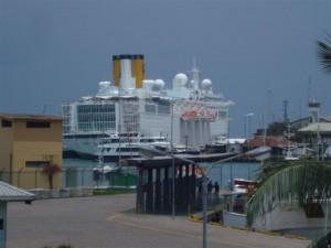 L'ALLEGRA amaré dans le port Victoria